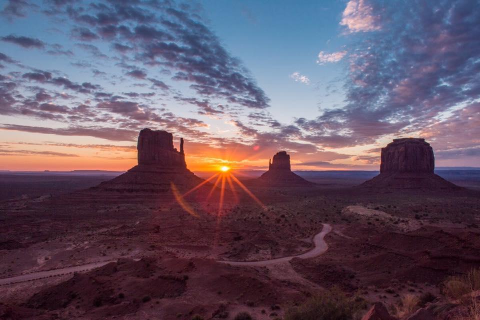 Nádherný východ slunce v Monument Valley