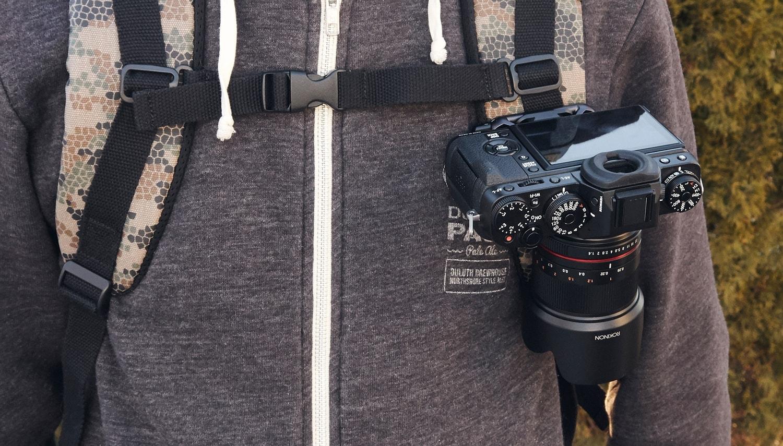 Klip pro uchycení fotoaparátu na batoh nebo tašku