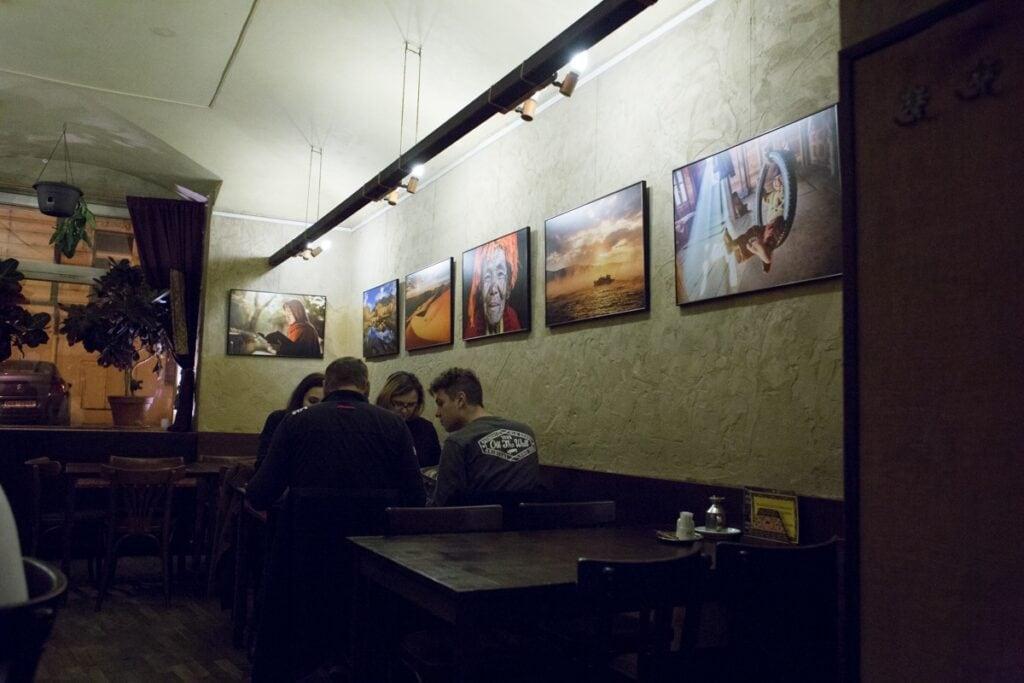 Na hezké fotky to v restauraci Cestovatelského klubu Hedvábná stezka moc není. Ale jídlo si užijete.