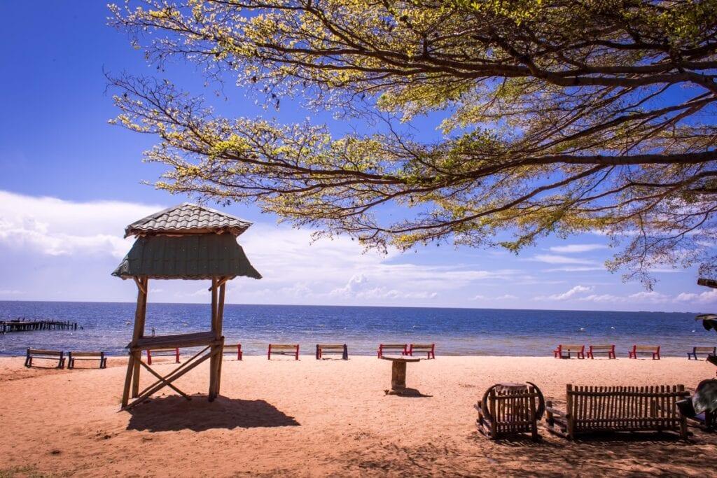 Do Ugandy se rozhodně nejezdí na opalovačku na pláži