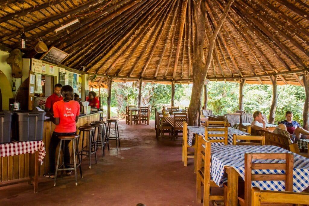 Restaurace v kempu s nejlepším personálem v Ugandě
