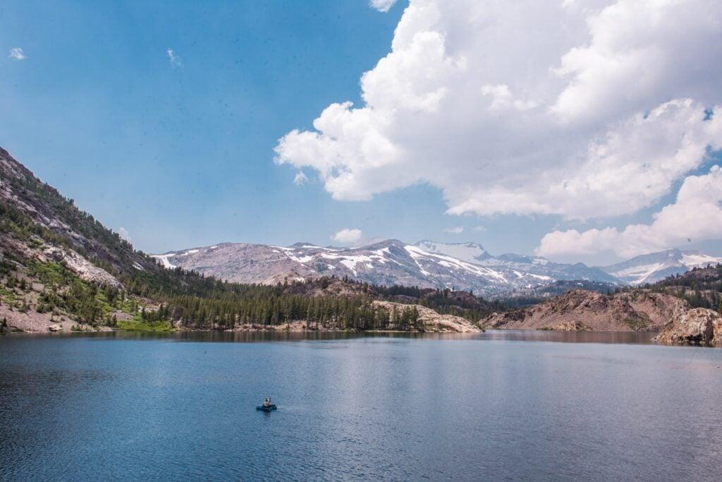 V některých jezerech v Yosemitech se můžeš i koupat