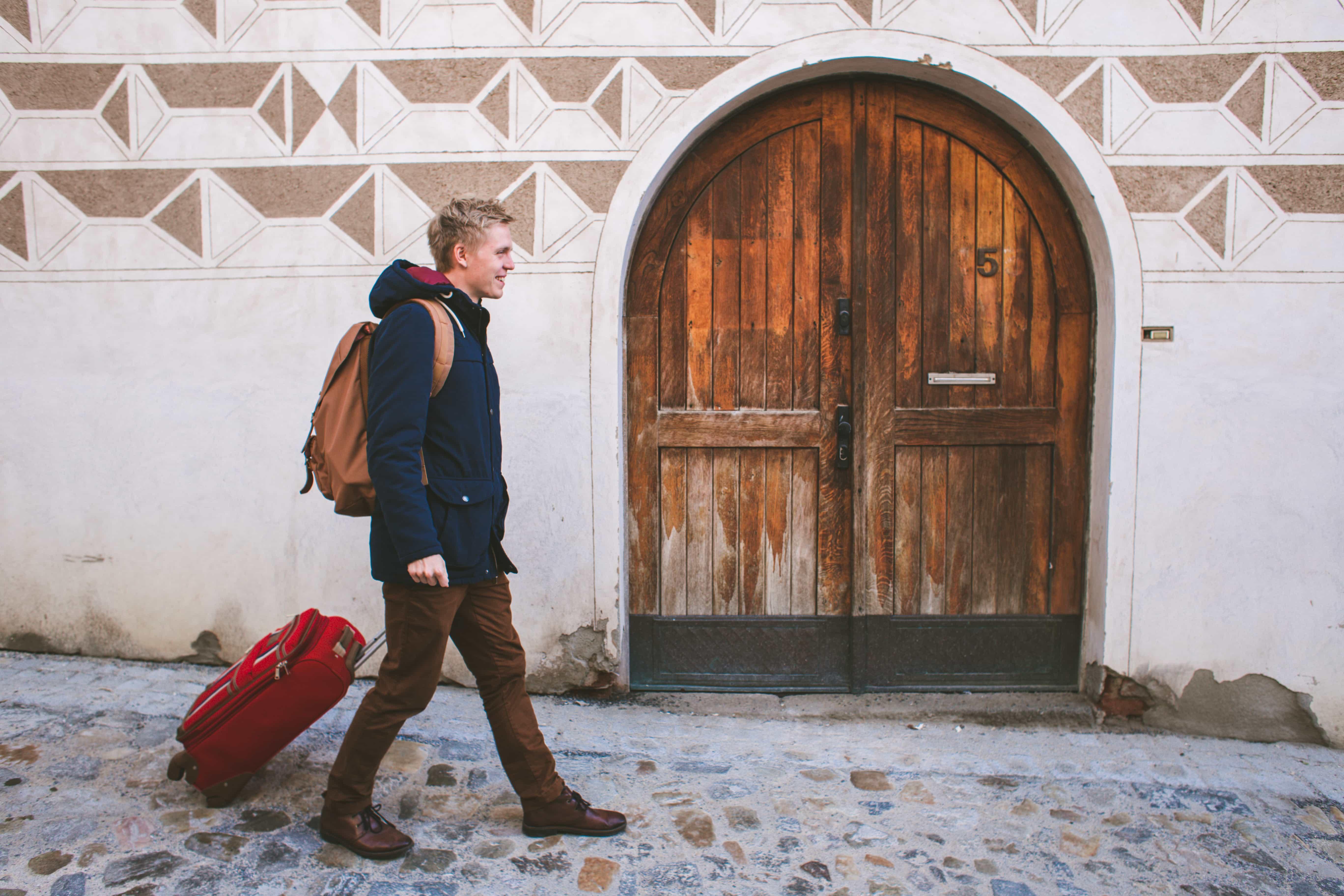 Lukáš s kufrem z Loudavým krokem