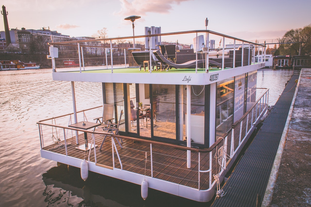 VIP living houseboat