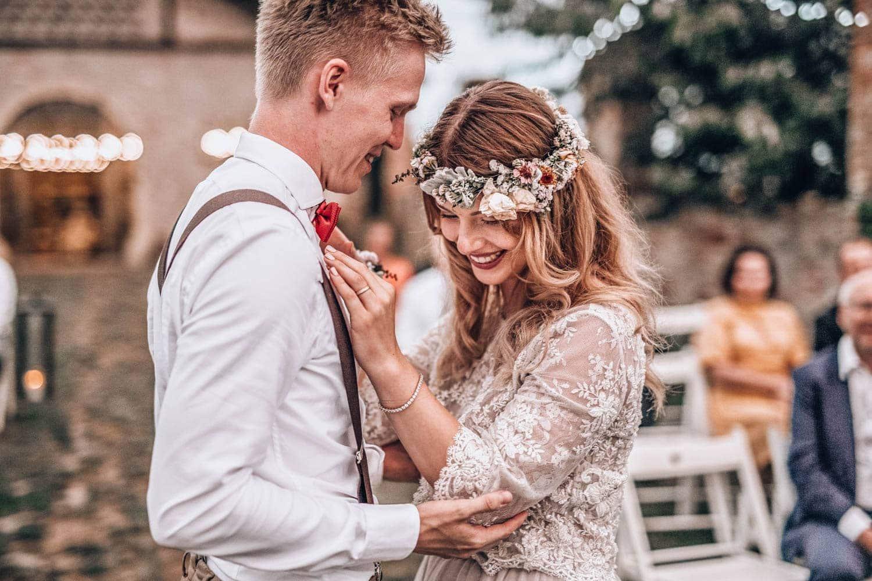 Nádherné svatební šaty a věnec
