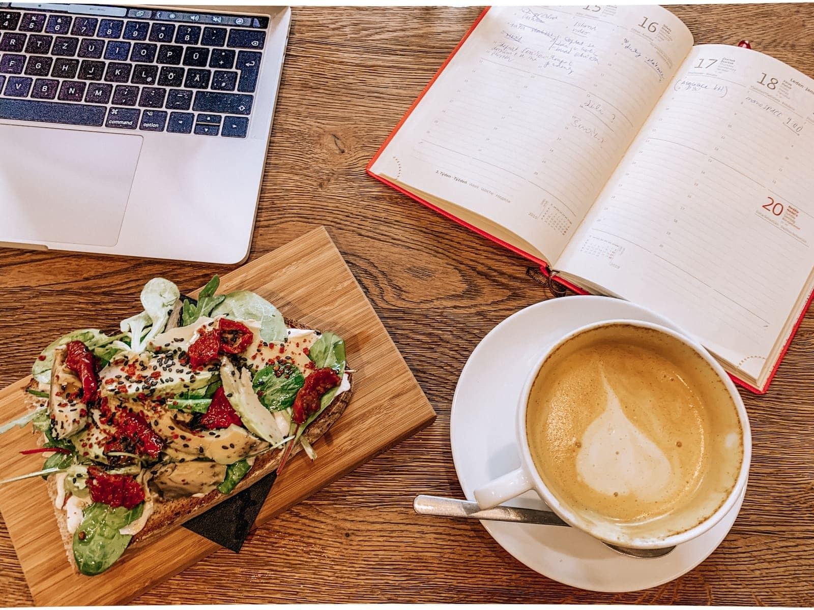 latté a avokádový toast v Monolok Cafe