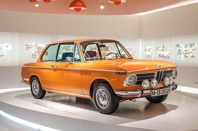 Oranžové auto v Bmw Museum