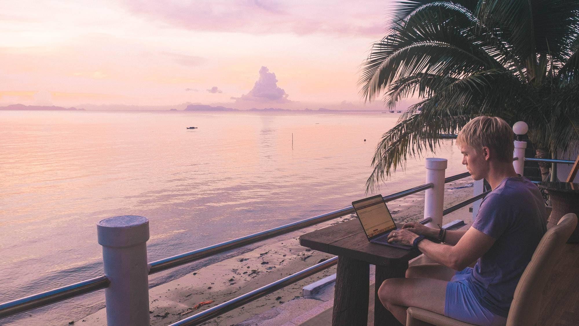 Digitální nomádění v Thajsku při západu slunce