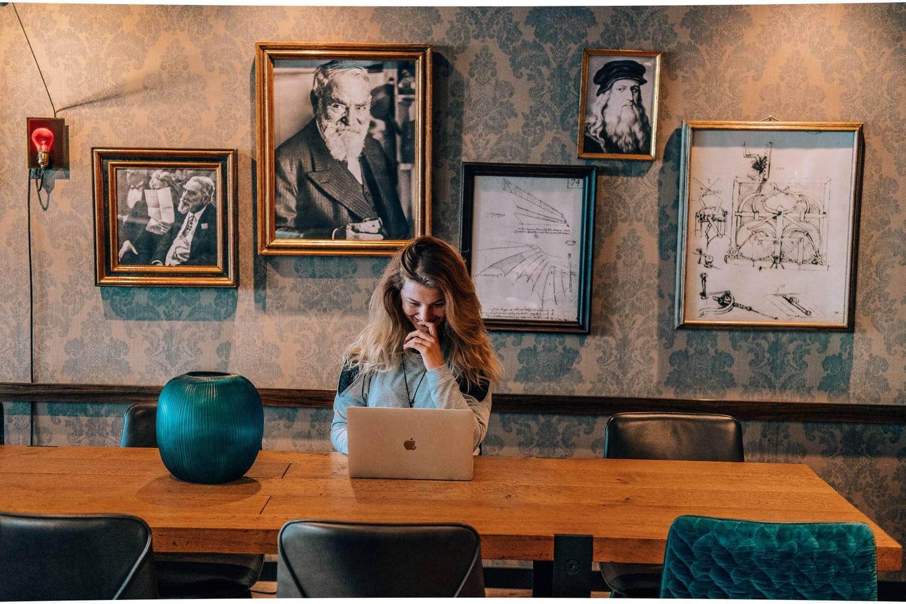 Lucie z Loudavým Krokem pracuje u stolu na hotelu