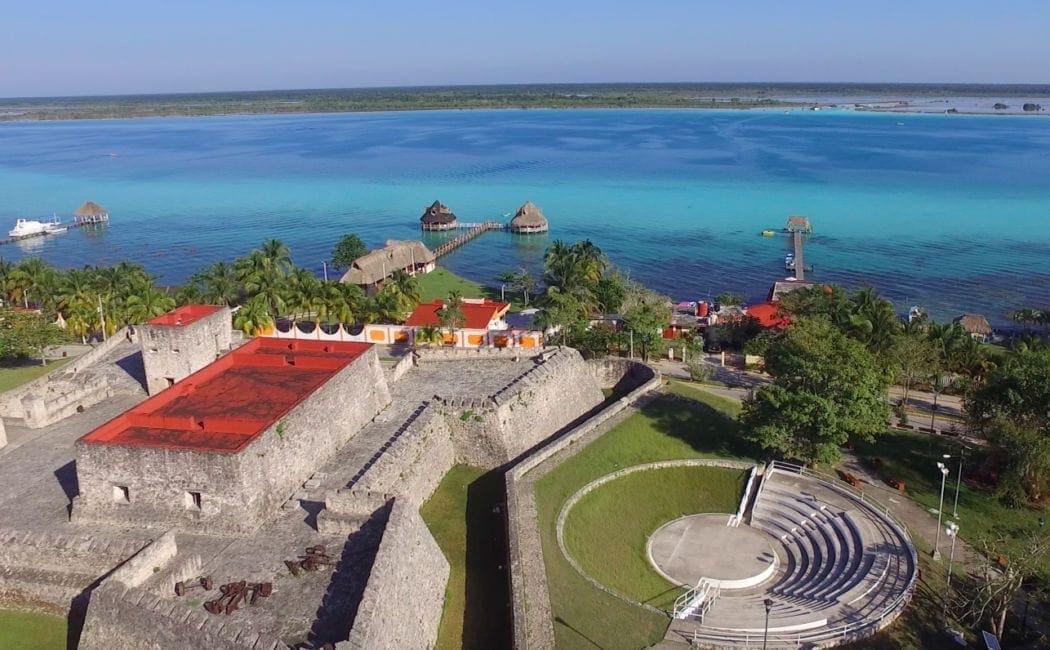 Pevnost San Felipe u jezera Bacalar v Mexiku
