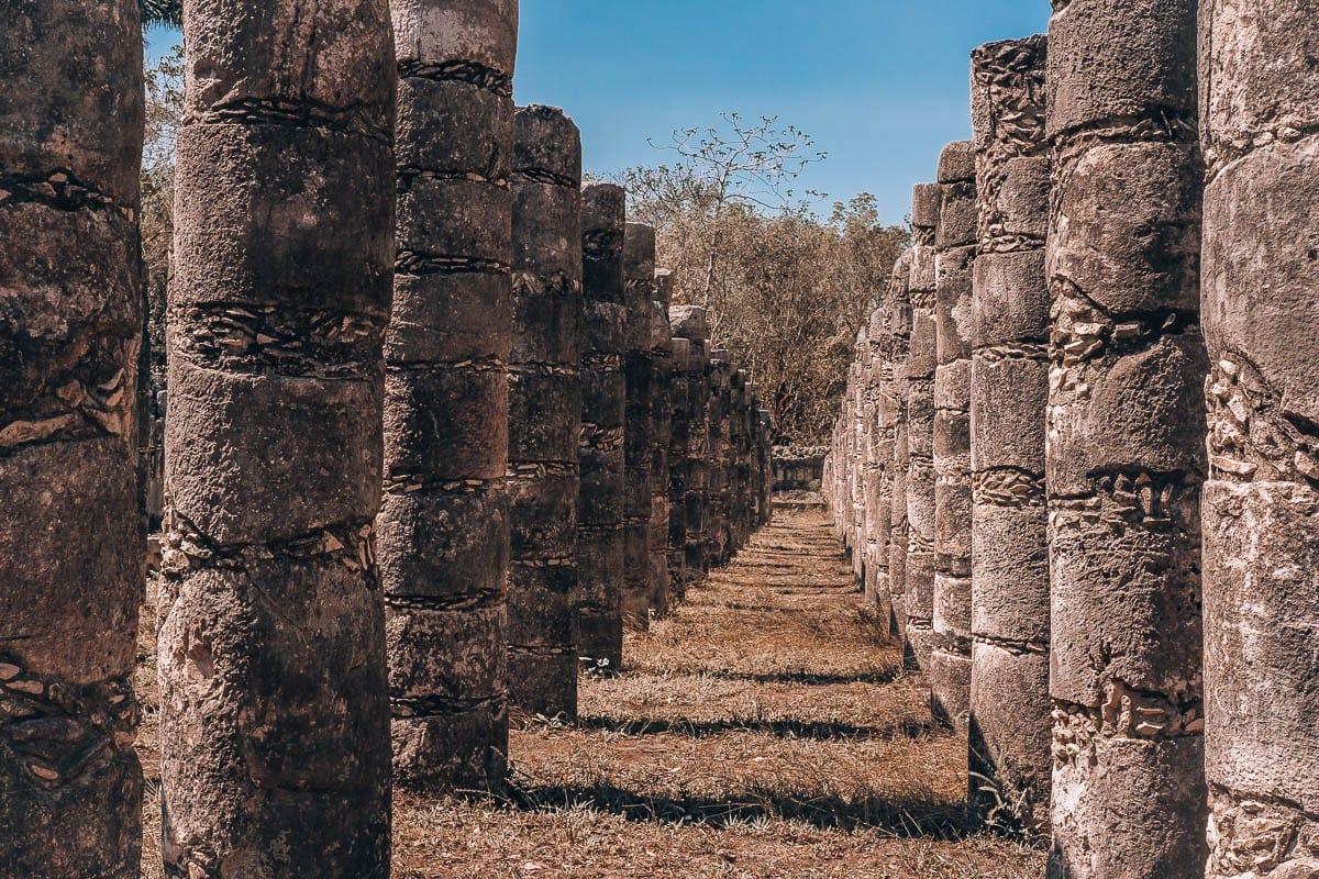 Sloupy chrámu válečníků v Chichen Itza