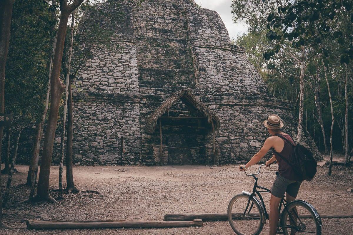 malá pyramida v mayských ruinách Coba
