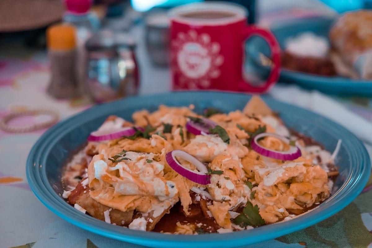 Chilaquiles můžete dostat i ve variantě s míchanými vajíčky